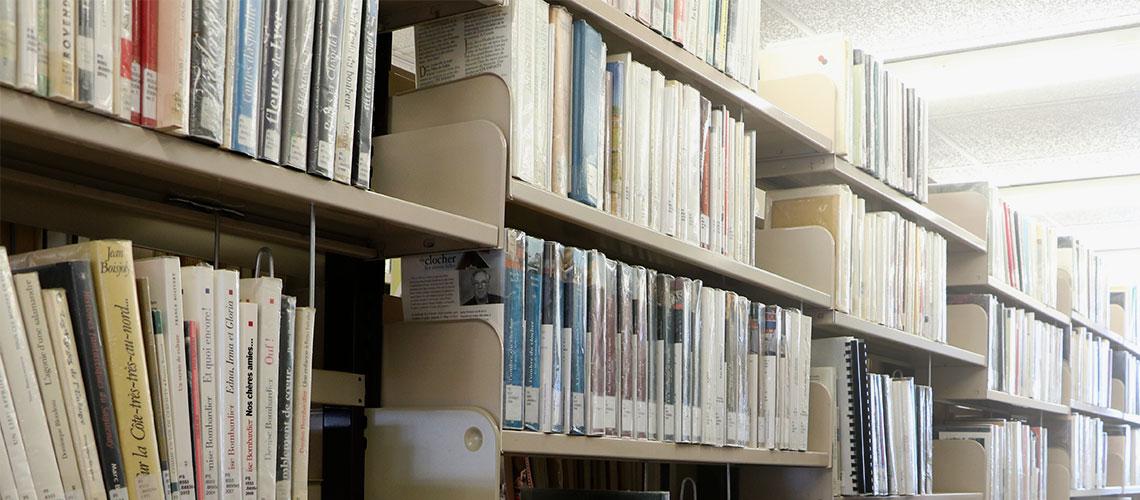 Photo rangée de livres à la bibliothèque