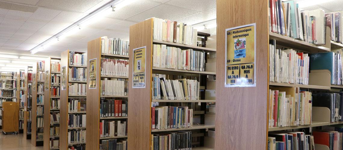 Allées de livres à la bibliothèque
