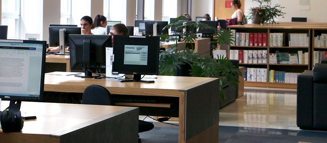 Photo bureaux avec ordinateurs